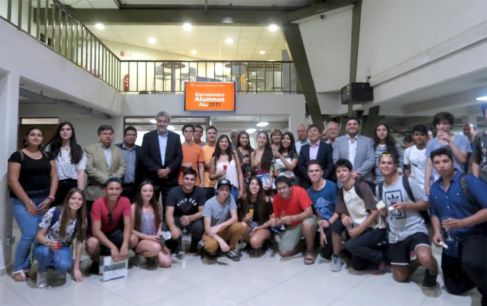 Brindan bienvenida a nuevos jóvenes estudiantes de pregrado